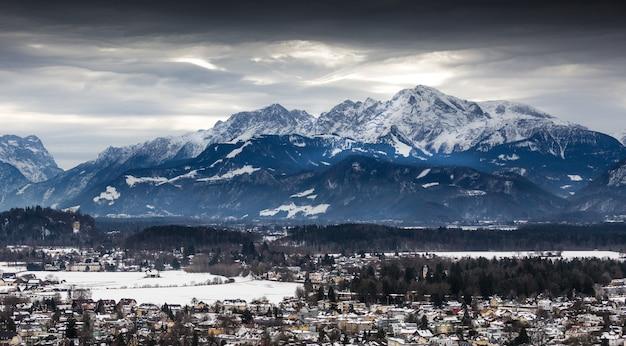 Prachtig panoramisch uitzicht op de oostenrijkse alpen bedekt met sneeuw op een bewolkte dag