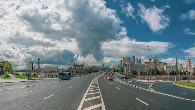 Prachtig panoramisch uitzicht op de smolenskaya-straat en de borodinsky-brug in moskou. moskou verkeer van auto's.