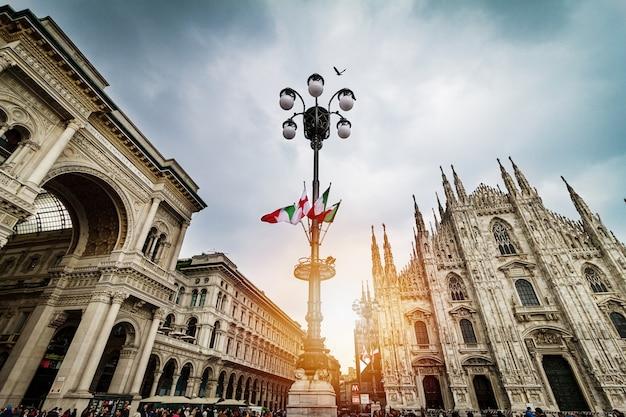 Prachtig panoramisch uitzicht op duomo plein in milaan met grote stree