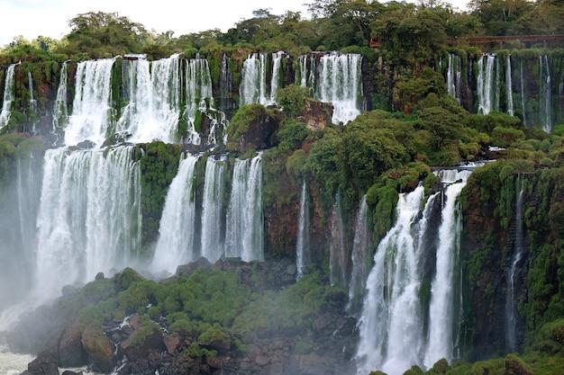 Prachtig panoramisch uitzicht op iguazu falls aan de argentijnse kant
