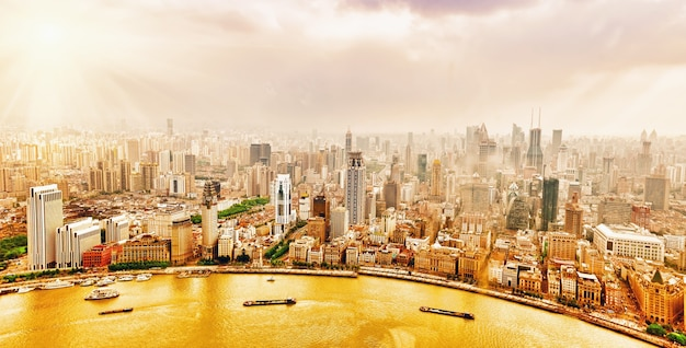 Prachtig panoramisch uitzicht op wolkenkrabbers, waterkant, stadsgebouw van shanghai, china.