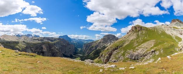 Prachtig panoramisch uitzicht over de vallei val gardena. in de zomer. italiaanse dolomieten, zuid-tirol