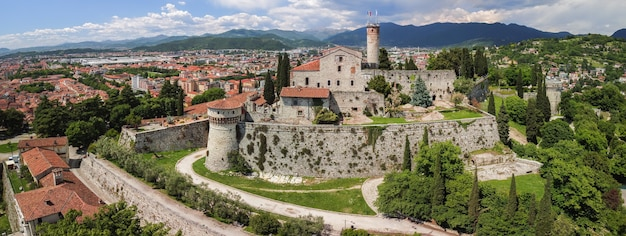 Prachtig panoramisch uitzicht vanaf een drone naar het middeleeuwse kasteel van de stad brescia