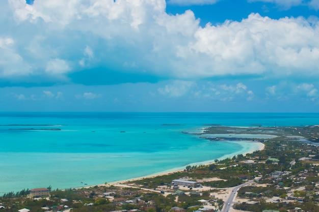 Prachtig perfect uitzicht op exotische eilanden vanuit vliegtuigen