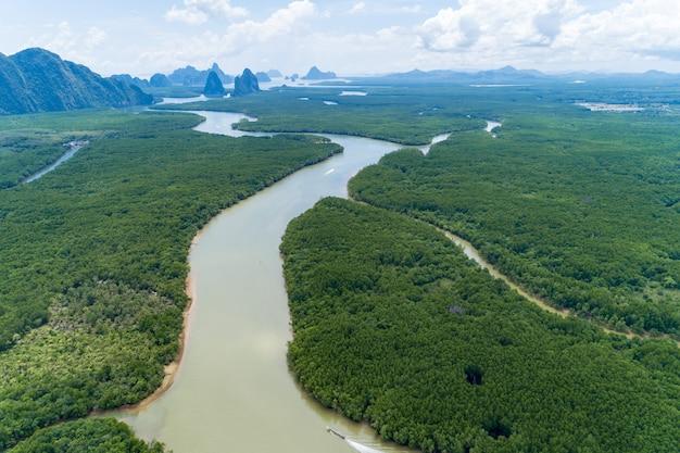 Prachtig prachtig natuurlijk landschap van landschapsmening in tropisch mangrovebos van azië met een klein eiland op de achtergrond, luchtfoto drone shot hoge hoekmening.
