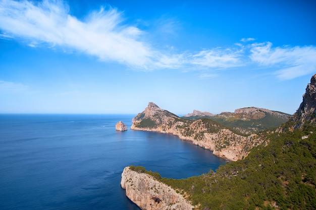 Prachtig romantisch uitzicht op de zee en de bergen. cap de formentor - kust van mallorca, spanje - europa.