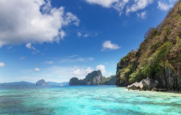 Prachtig schilderachtig uitzicht op de baai van de zee en de bergeilanden, palawan, filippijnen