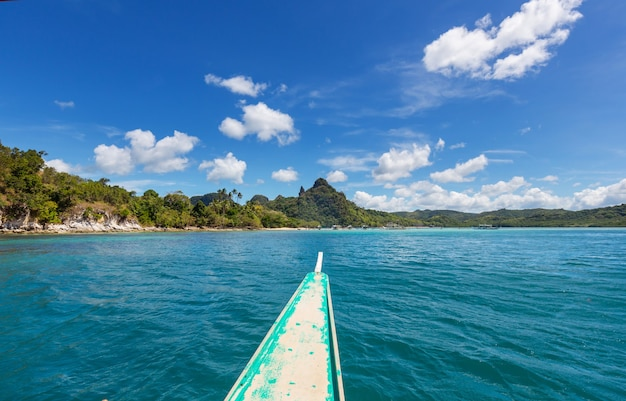 Prachtig schilderachtig uitzicht op zee baai en bergeilanden, palawan, filippijnen