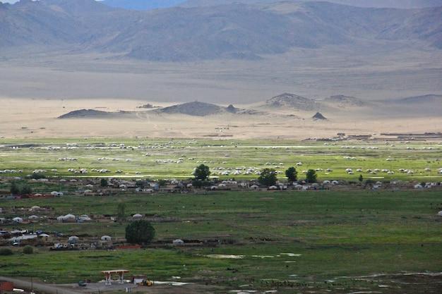 Prachtig shot van de lange vallei en de bergen in de verte