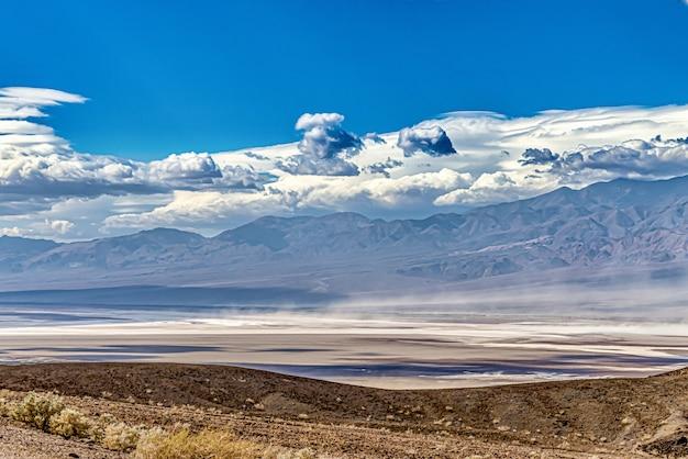 Prachtig shot van death valley in californië, vs onder de bewolkte blauwe hemel