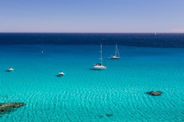 Prachtig shot van een blauwe oceaan in saint-tropez