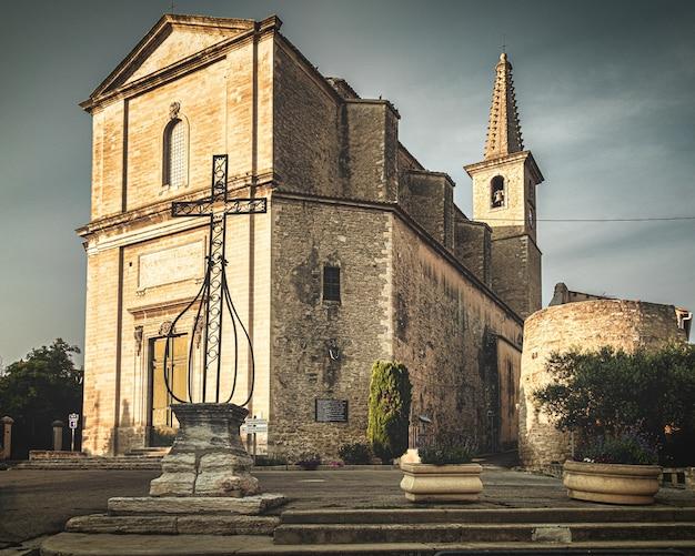 Prachtig shot van een kerk in frankrijk met een grijze lucht op de achtergrond