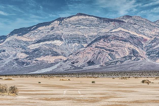 Prachtig shot van een open veld en hoge bergen in panamint valley in californië, vs.