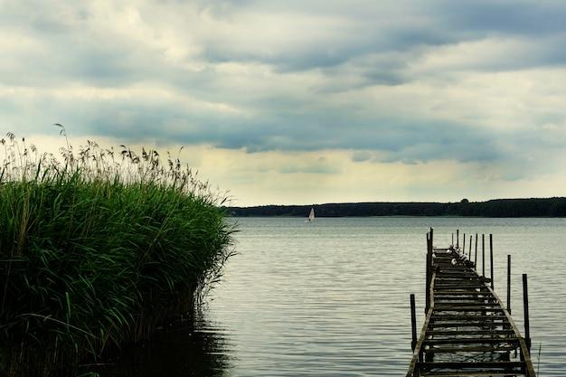 Prachtig shot van een pier op het meer miedwie in stargard, polen.