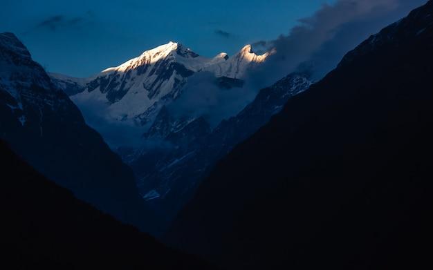 Prachtig shot van het annapurna-gebergte in de himalaya van nepal op het annapurna base camp