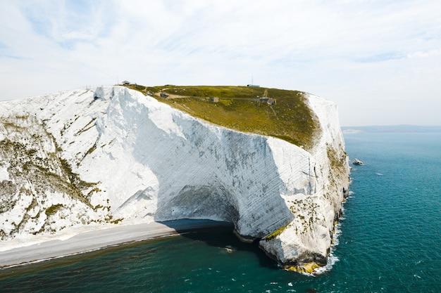 Prachtig shot van het isle of wight onder de heldere lichtblauwe lucht
