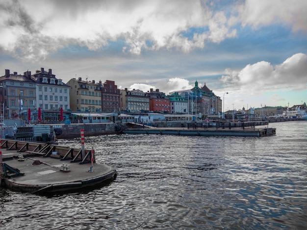 Prachtig shot van kleurrijke gebouwen aan de rand van de zee