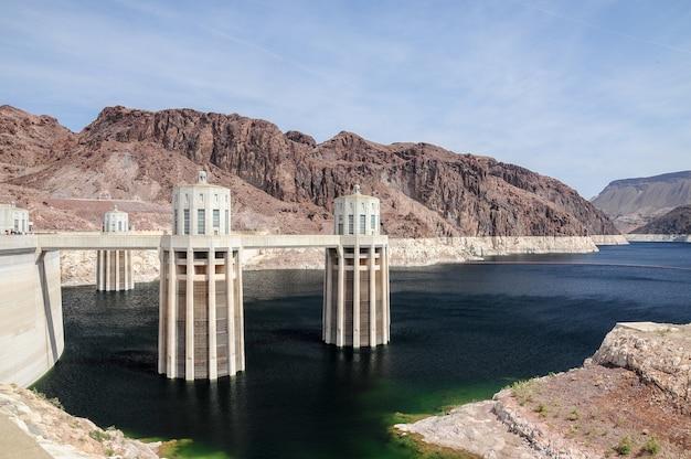 Prachtig shot van lake mead en hoover dam in de verenigde staten met een strakblauwe lucht