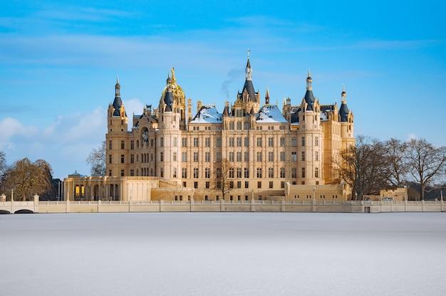 Prachtig sprookjesachtig kasteel van schwerin in de winter