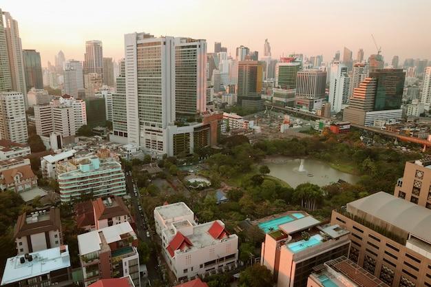 Prachtig stadsgezicht van het centrum van bangkok in de avond, thailand Premium Foto