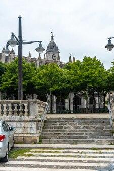 Prachtig stadsplein aan zee van de gemeente lekeitio, golf van biskaje in de cantabrische zee. baskenland