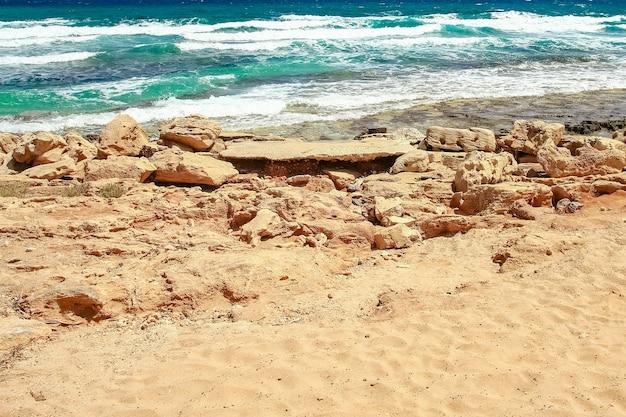 Prachtig strand met golven in de aard van het oppervlak