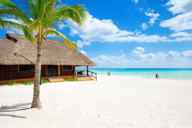 Prachtig strand met waterbungalows op de malediven