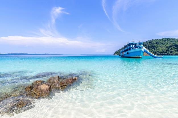 Prachtig strand uitzicht koh chang eiland en tour boot voor toeristen zeegezicht op trad provincie oost-van thailand op blauwe hemelachtergrond