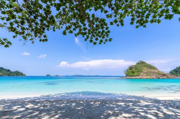 Prachtig strand weergave koh chang eiland zeegezicht in trad provincie oost-van thailand op blauwe hemelachtergrond