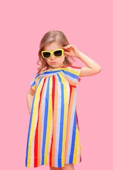 Prachtig trendy meisje in een stijlvolle jurk