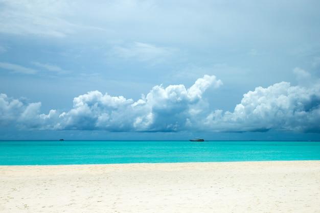 Prachtig tropisch eiland van de maldiven met strand, zee en blauwe lucht
