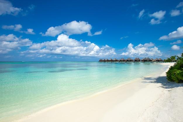 Prachtig tropisch eiland van de malediven met strand. zee met waterbungalows