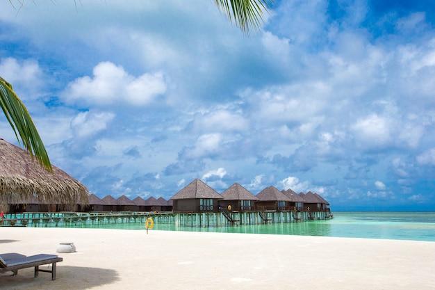 Prachtig tropisch eiland van de malediven met strand.