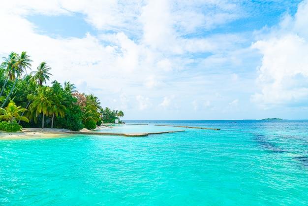 Prachtig tropisch resort hotel aan zee