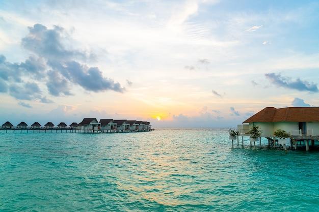 Prachtig tropisch resort hotel en eiland in de maldiven met strand en zee - vintage effect filter