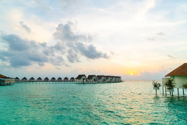 Prachtig tropisch resorthotel en eiland op de malediven met strand en zee - vintage effectfilter