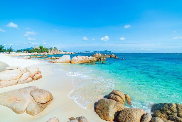 Prachtig tropisch strand turkoois transparant water unieke rotsblokken vietnam