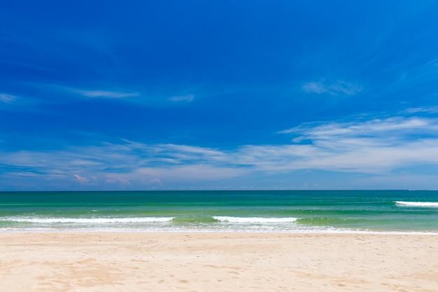 Prachtig tropisch strand, uitzicht op de horizon tussen de zee en de lucht