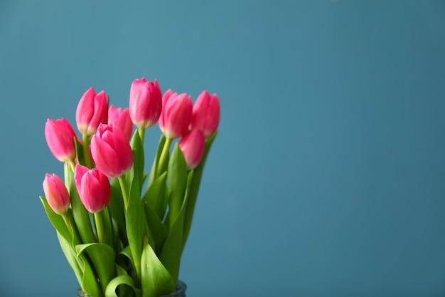 Prachtig tulpenboeket op blauw