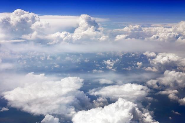 Prachtig uitzicht boven de aarde bij de wolken eronder.