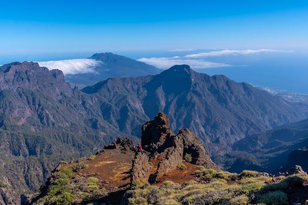 Prachtig uitzicht bovenop de caldera de taburiente nabij roque de los muchachos op een zomermiddag, la palma, canarische eilanden. spanje