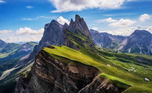 Prachtig uitzicht in de bergen van de dolomieten. uitzicht vanaf seceda over de oeversbergen is spectaculair.