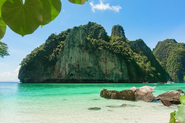 Prachtig uitzicht landschap van tropisch strand, smaragdgroene zee en wit zand tegen blauwe hemel, maya baai in phi phi eiland, thailand
