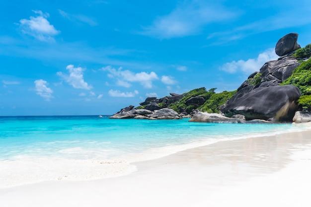 Prachtig uitzicht met blauwe lucht en de wolken, de blauwe zee en het witte zandstrand op similan-eiland