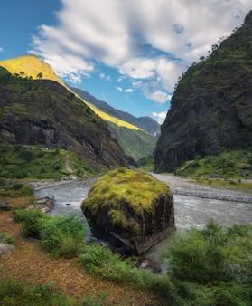 Prachtig uitzicht met hoge bergen in de himalaya
