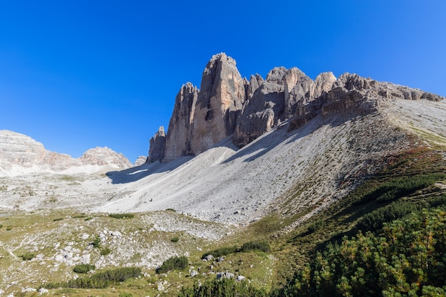 Prachtig uitzicht nabij de beroemde tre cime di lavaredo. zuid-tirol, italië