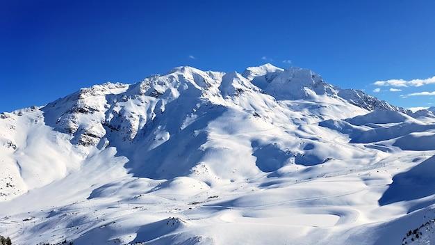 Prachtig uitzicht op alpine franse besneeuwde piekberg