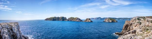 Prachtig uitzicht op beschermde eilanden van de balearen in spanje