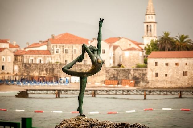 Prachtig uitzicht op bronzen monument in de stad budva, montenegro