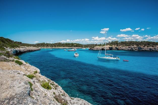 Prachtig uitzicht op de baai met turquoise water en jachten in cala mondrago national park op het eiland mallorca, spanje.